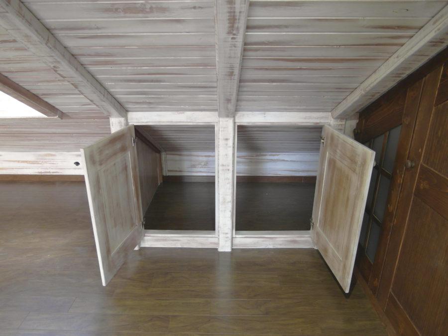 Conjunto de muebles y elementos de carpinter a de dise o y - Friso de pino barnizado ...